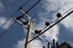 Cima elettrica del palo con i cavi sul fondo del cielo fotografie stock libere da diritti