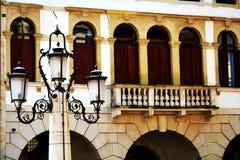 Cima fyrkant, terrass, lampa, byggnader i Conegliano Veneto, Treviso, Italien royaltyfri foto