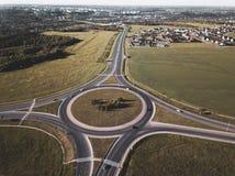 Cima giù la vista aerea di una rotonda di traffico su una strada principale immagine stock