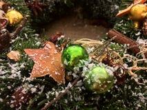 Cima giù la vista del worktable del fiorista Fabbricazione della corona di Natale Il Natale si avvolge sulla vista di legno del p immagine stock libera da diritti