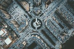Cima gi? la vista aerea dell'intersezione rotonda della strada con le automobili e le nuove costruzioni moderne, fuco sparato fotografia stock