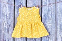 Cima gialla delle ragazze del bambino sulla corda Fotografie Stock