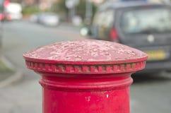 Cima inglese rossa della scatola di colonna o del contenitore di posta sul fondo dello spazio della città Fotografie Stock Libere da Diritti