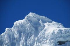 Cima innevata dell'alta montagna Fotografia Stock