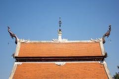 Cima tailandese del tetto del tempio con il fondo del cielo Fotografie Stock Libere da Diritti