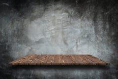 Cima vuota degli scaffali di pietra naturali e del fondo della parete di pietra immagini stock libere da diritti