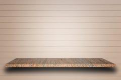 Cima vuota degli scaffali di pietra naturali e del fondo di legno della parete fotografia stock libera da diritti