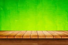 Cima vuota della tavola di legno su fondo verde fotografie stock