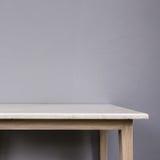 Cima vuota della tavola di pietra mable bianca sul fondo grigio della parete fotografie stock libere da diritti