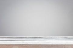 Cima vuota della tavola o del contatore di legno isolato su backgroun bianco immagini stock libere da diritti
