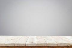 Cima vuota della tavola o del contatore di legno isolato su backgroun bianco immagine stock