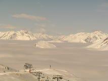 Cimas de la montaña que suben de las nubes Imagen de archivo libre de regalías