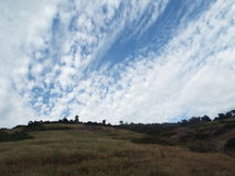 Cimas de la montaña y cielo nublado Imagenes de archivo