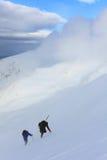 cimbing的登山家 免版税库存照片