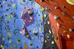 Cimbing vägg av en klättringidrottshall arkivfoton