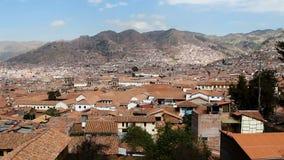 Cime del tetto di mattonelle rosse e colline Cusco Perù stock footage