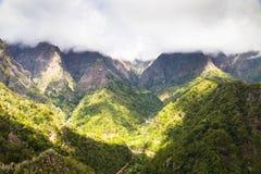 Cime delle montagne invaso con il legno verde ed acceso con Th Immagine Stock Libera da Diritti