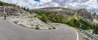 3 cime di Lavaredo上升与骑自行车者的u形状曲线 库存图片