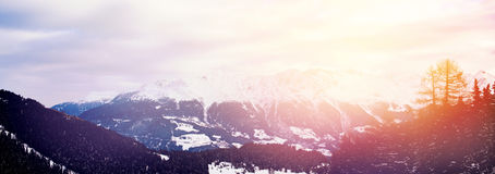 Cime sceniche della neve del paesaggio della montagna di inverno delle alpi Immagine Stock