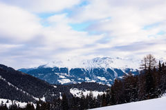 Cime sceniche della neve del paesaggio della montagna di inverno delle alpi Immagini Stock Libere da Diritti