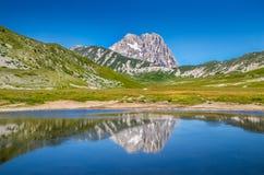 Cimeira da montanha de Gran Sasso no platô de Campo Imperatore, Abruzzo, Itália fotos de stock royalty free