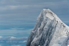 Cimeira da montanha de Jorasses dos Grands coberta pelo gelo da neve no inverno Foto de Stock