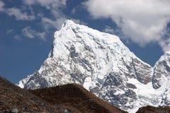 Cimeira da neve da montanha de Cholatse, Himalaya Fotos de Stock