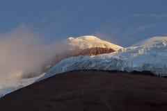 A cimeira e Yanasacha balançam a parede no Cotopaxi no crepúsculo Fotos de Stock