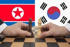 A cimeira intercoreanos expressou em um jogo de xadrez fotografia de stock