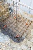 Ciment de pilier avec la tige en acier dans la construction Photographie stock libre de droits