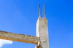 Ciment de pilier avec la tige en acier dans la construction Images libres de droits