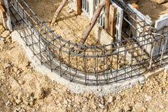 Ciment de pilier avec la tige en acier dans la construction Photos stock