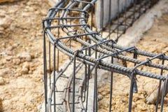 Ciment de pilier avec la tige en acier dans la construction Photographie stock