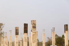 Ciment de pilier avec la tige en acier dans le chantier de construction Photos libres de droits