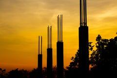 Ciment de pilier avec la tige en acier dans le chantier de construction sur la silhouette Image libre de droits