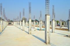 Coluna do cimento no local da construção imagem de stock