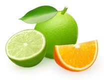 Cimente o fruto com folha verde, metade e fatia de laranja Fotos de Stock