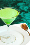 Cimente o jello em um vidro de martini em uma placa foto de stock