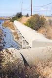 Cimente a tubulação, perto da planta do controle de poluição da água de Sunnyvale, San Francisco Bay Area, Sunnyvale, Califórnia foto de stock royalty free