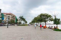 Cimentez la promenade du front de mer dans Phnom Penh un jour nuageux Images stock
