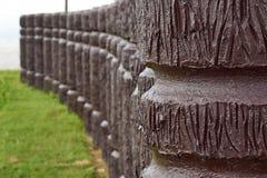 Cimentez le poteau en bois comme dans la ligne de courbe images libres de droits