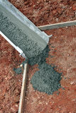 Cimento de derramamento do caminhão concreto Foto de Stock Royalty Free
