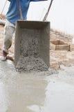 Cimento de derramamento do trabalhador do carro a pavimentar fotos de stock
