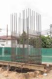 Cimento derramado com os polos de aço para a construção Fotografia de Stock