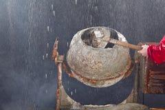 Trabalhador que pôr a areia no misturador de cimento Fotografia de Stock Royalty Free