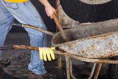 O trabalhador está tomando a areia do carrinho de mão Foto de Stock Royalty Free