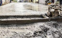 Cimento recentemente derramado na estrada Foto de Stock