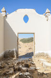 Cimetière abandonné avec les pierres et les croix de émiettage dans le désert de Namib de l'Angola Photos libres de droits