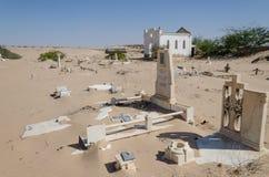 Cimetière abandonné avec les pierres et les croix de émiettage dans le désert de Namib de l'Angola Photos stock
