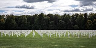 Cimetière américain du luxembourgeois et croix commémoratives images stock